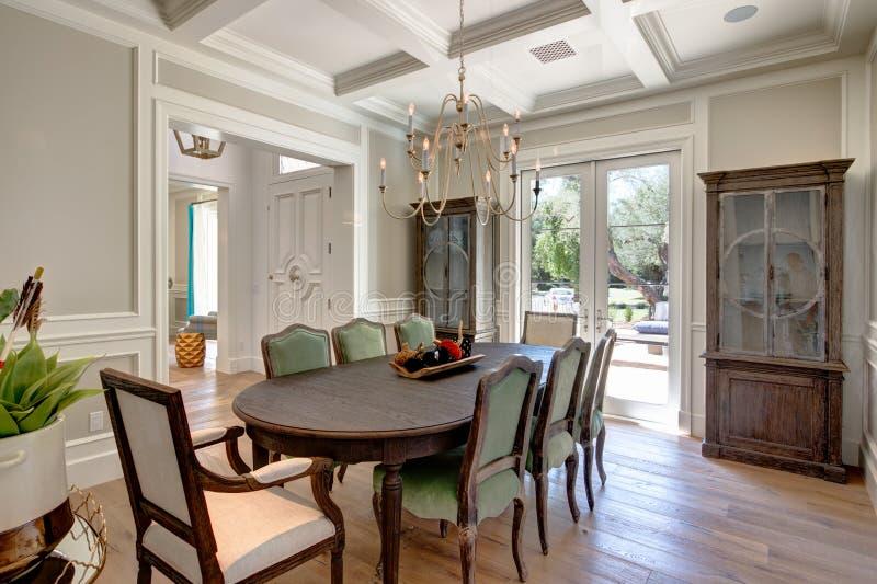 Modern hem- matsal med den Wood tabellen arkivbilder