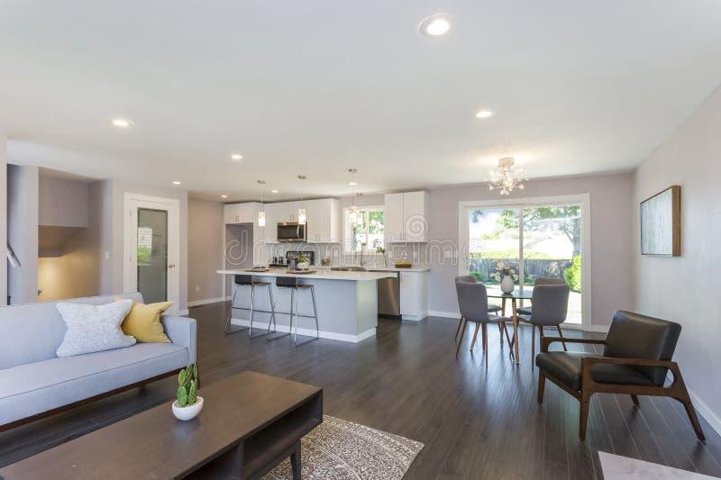 Modern hemmiljö med plan för öppet golv royaltyfri bild