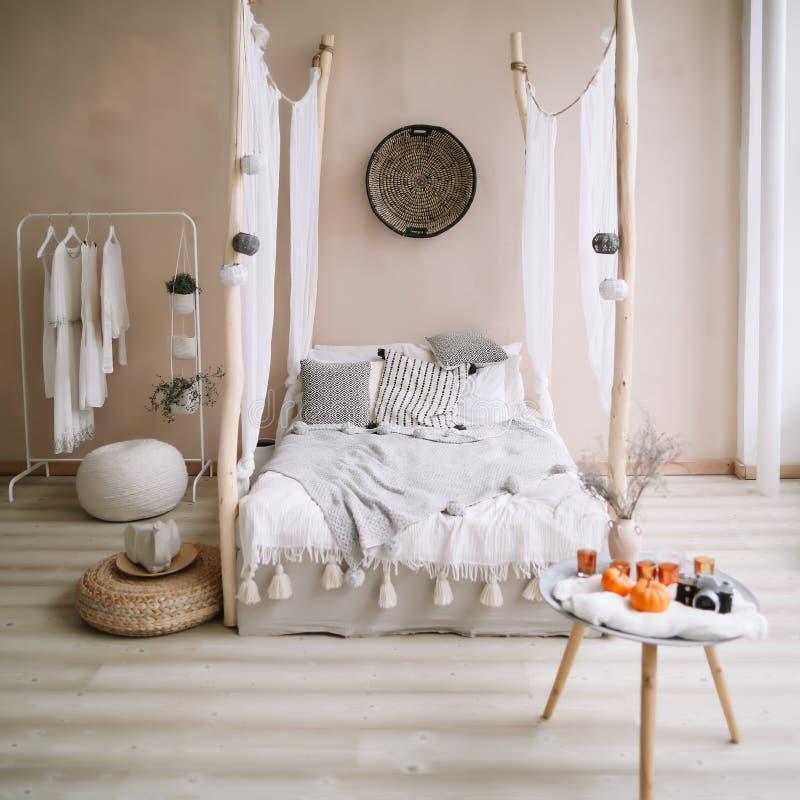 Modern hemmiljödesign Exotisk sovruminre, scandinavian stil arkivbild