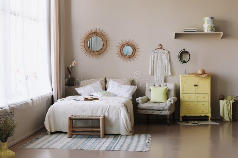Modern hemmilj?design Bädda ned med och kuddar, filt flickas sovruminre, scandinavian stil arkivbilder