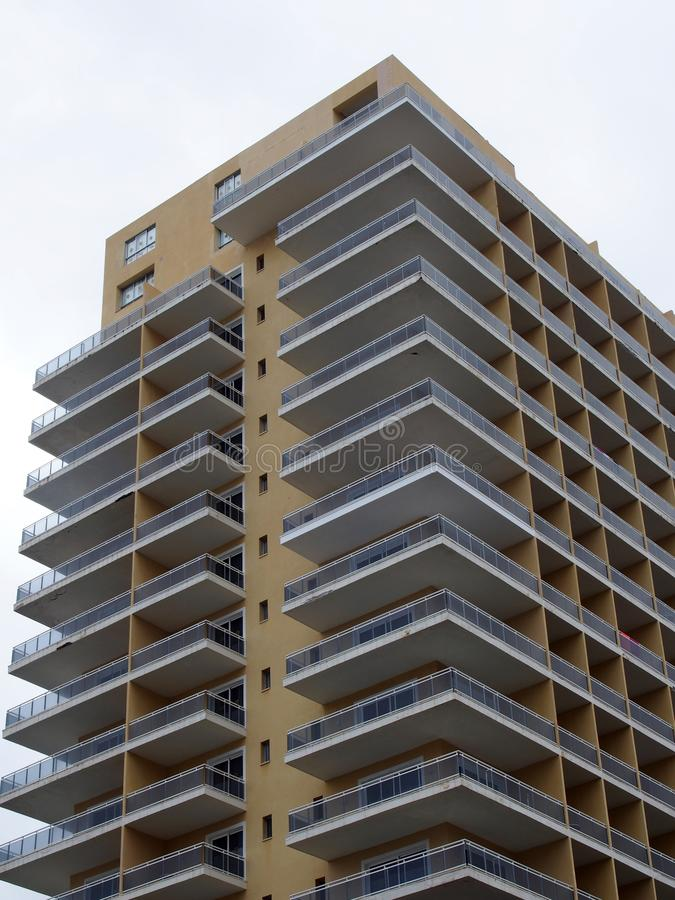 Modern highrisehyreshus med stora hörnbalkonger royaltyfri fotografi