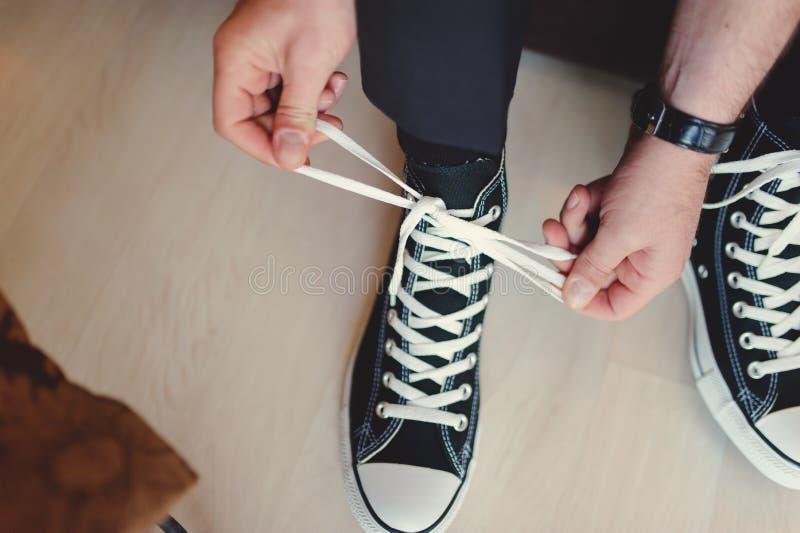 Modern hipsterhuwelijk, bruidegom die tennisschoenen dragen stock afbeelding