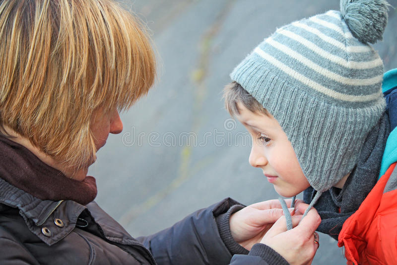 Modern hjälper hennes son fotografering för bildbyråer