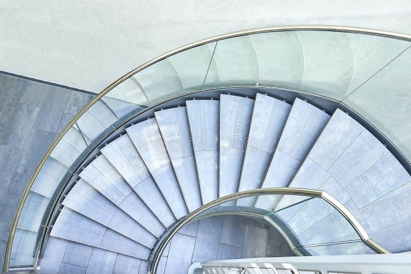 Modern horisontalkontorsspiraltrappuppgång arkivbild