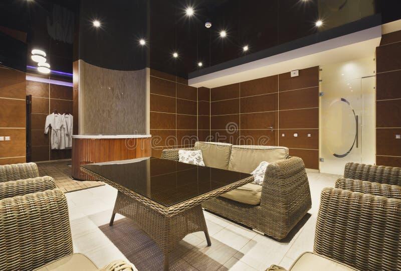 Modern hotelllobby med vide- möblemang arkivbilder