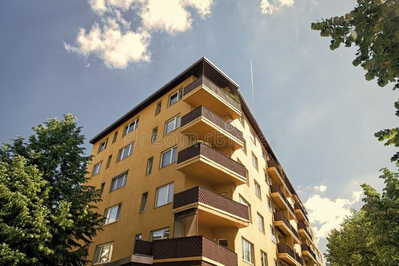 Modern huis in Berlijn, Duitsland Huis met balkon Architectuur en ontwerpconcept Het bewegen zich aan een nieuwe flat stock foto