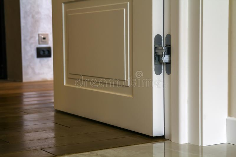 Modern huis binnenlands detail met houten parketvloer en witte deur Flat na vernieuwingsclose-up stock foto