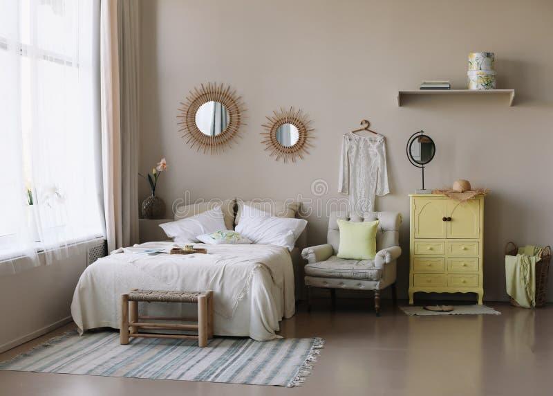 Modern Huis Binnenlands Ontwerp Bed met en hoofdkussens, deken de slaapkamer binnenlandse, Skandinavische stijl van het meisje stock foto