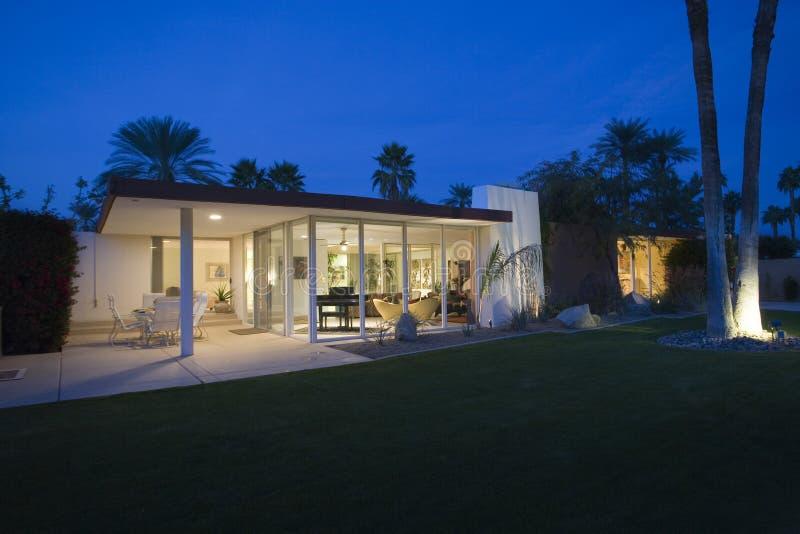 Modern Huis Buiten bij Nacht royalty-vrije stock afbeelding