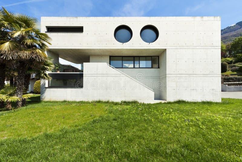 Modern huis in cement, voorzijde royalty-vrije stock afbeeldingen