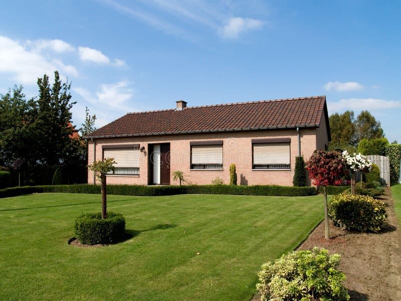 Modern huis In de voorsteden. stock foto's