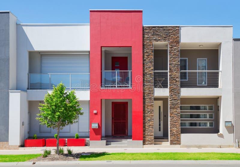 Modern Huis In de voorsteden stock afbeeldingen