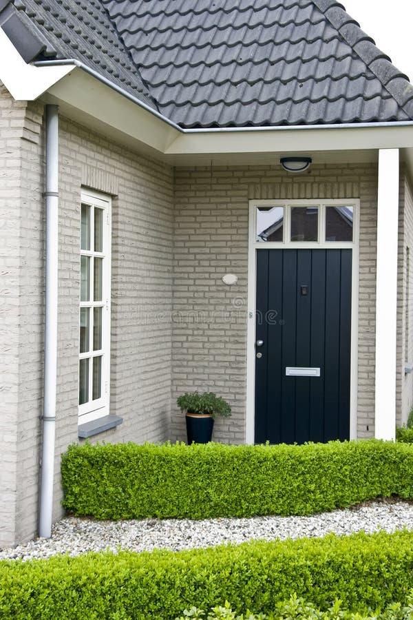 Modern huis in de voorsteden royalty-vrije stock afbeelding