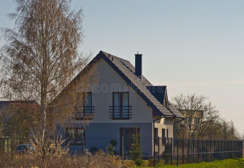 Modern huis in de voorsteden in de lente, Polen stock foto's