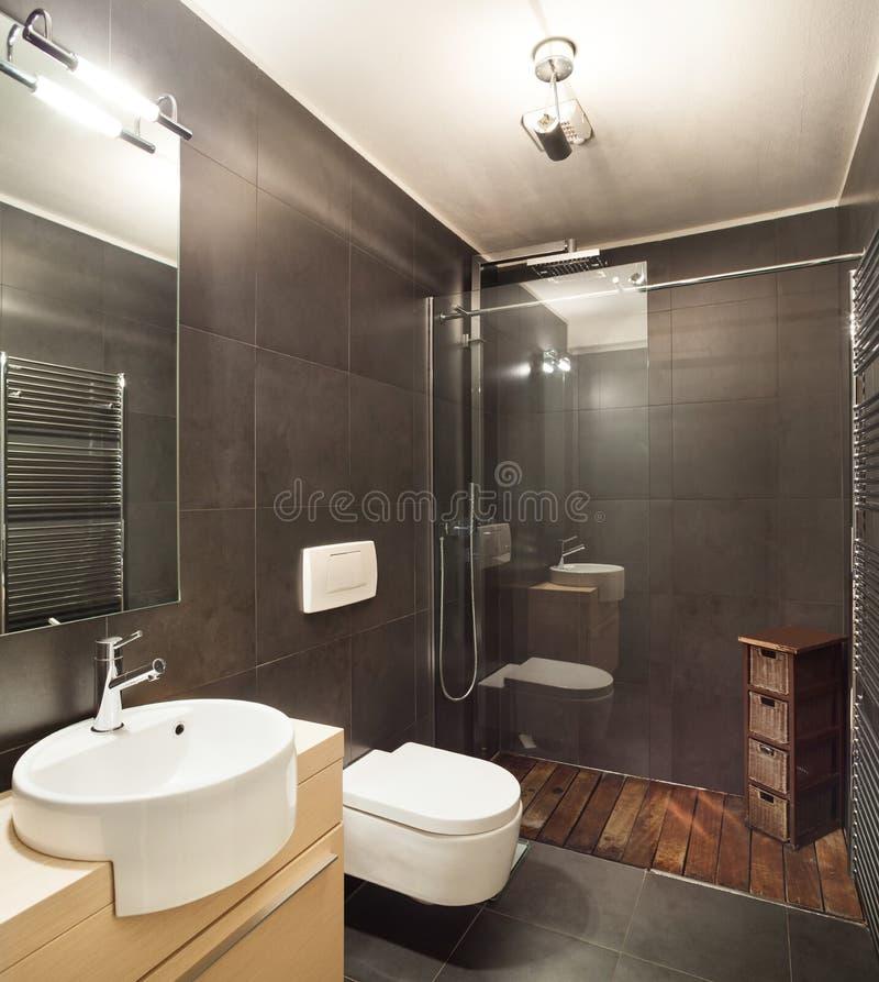 Modern Huis, Donkere Badkamers Stock Afbeelding - Afbeelding ...