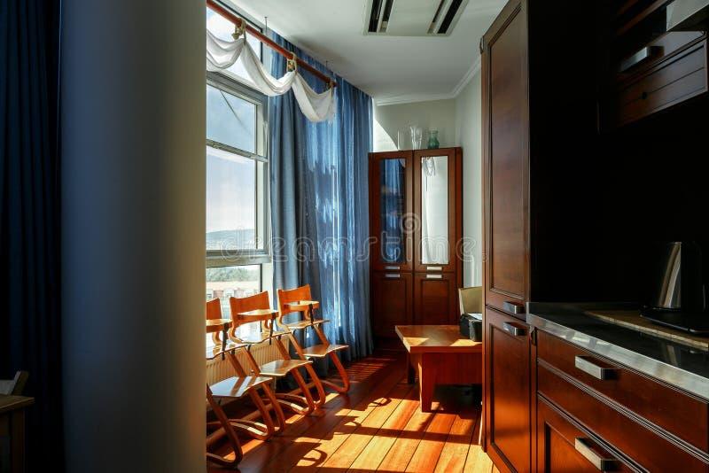 Modern huis, Keukenruimte met de moderne meubilairclose-up stock foto's