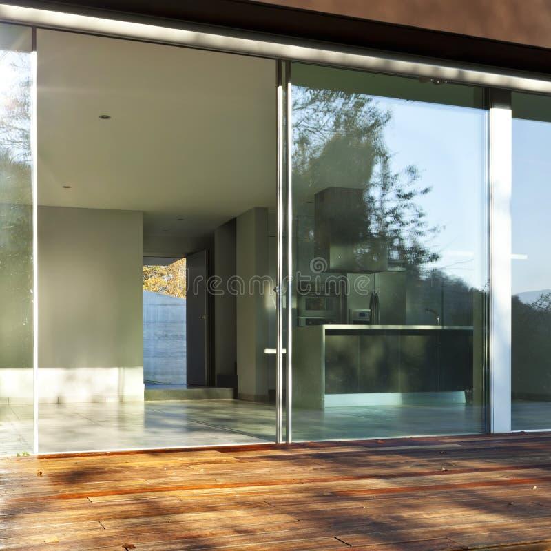 Modern huis, mening van het binnenland stock foto