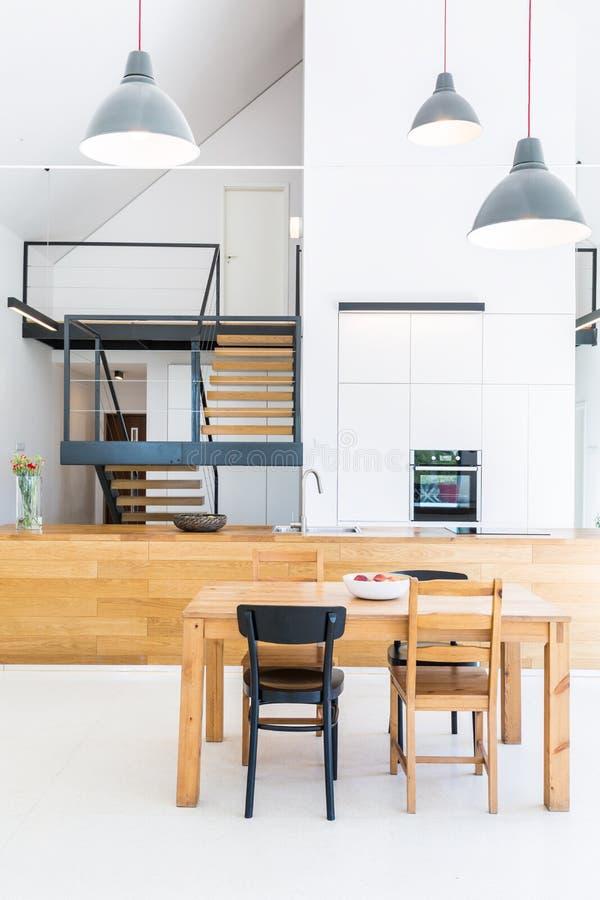 Modern huis met houten furnitures royalty-vrije stock foto