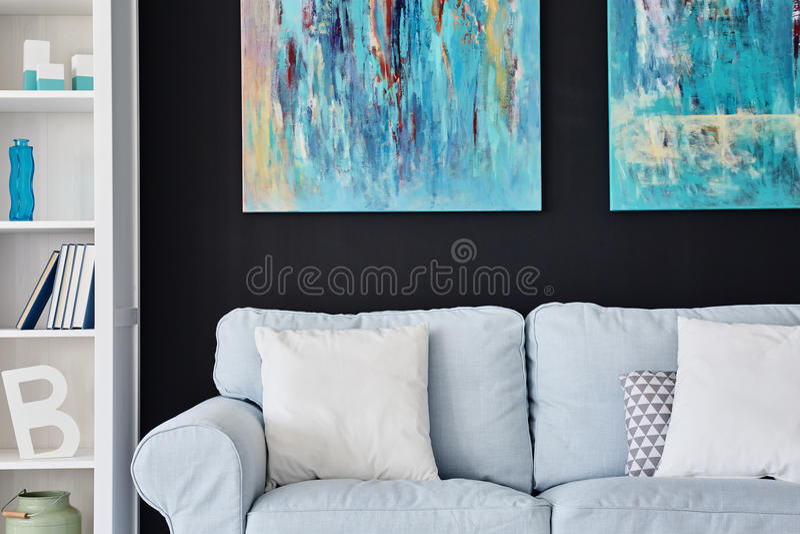 Modern huis met licht meubilair stock fotografie