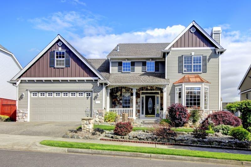 Modern huis met marineblauwe deur en decoratieve voorwerf stock afbeelding