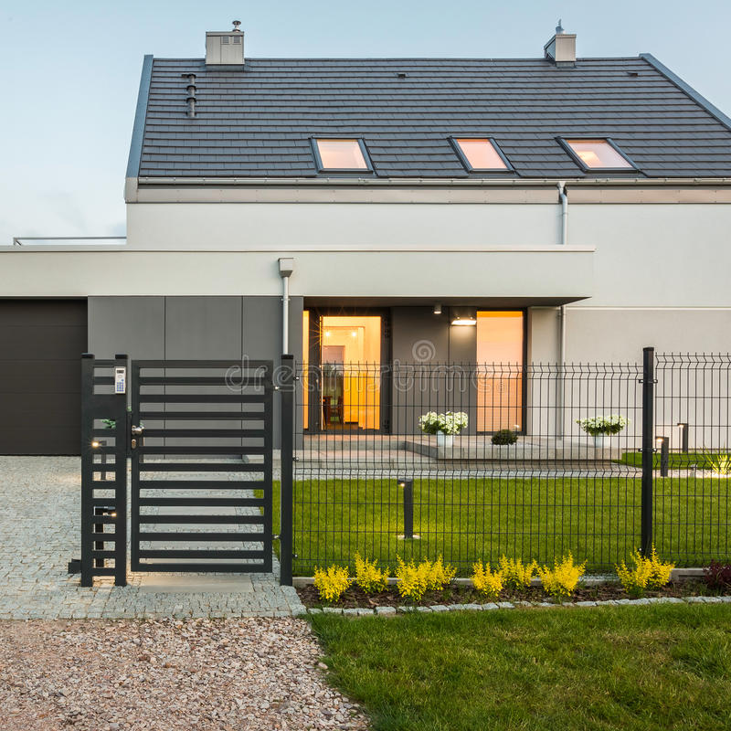 Modern huis met omheining royalty-vrije stock fotografie