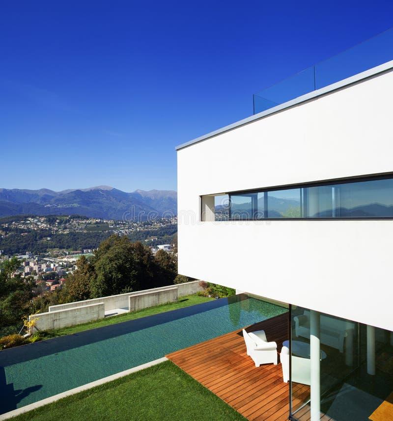 Modern huis, met pool stock fotografie