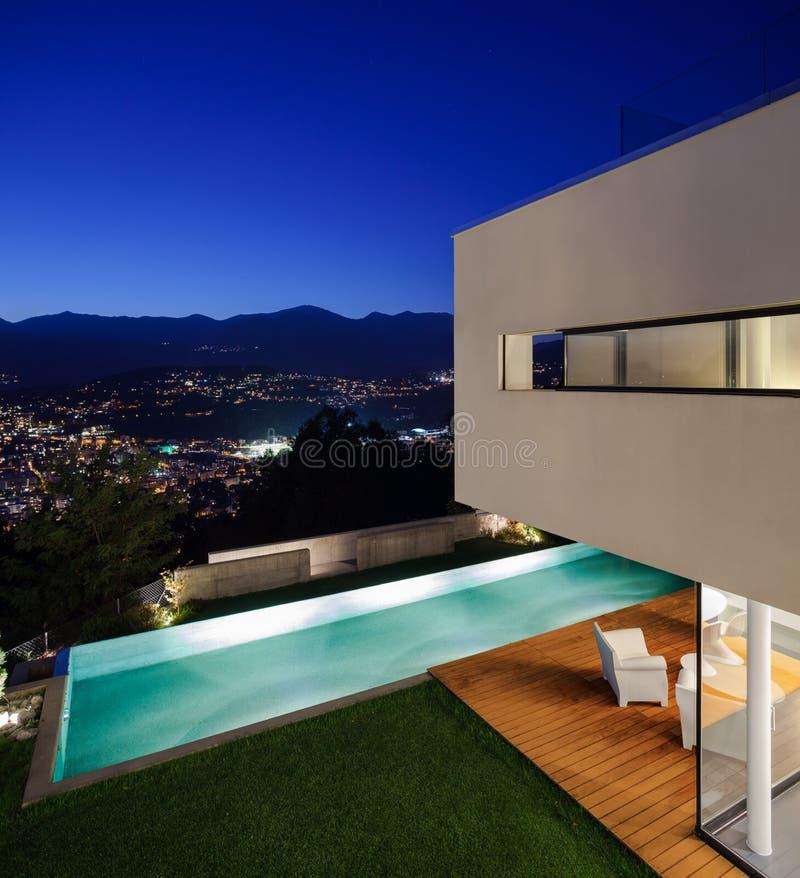 Modern huis, met pool stock foto