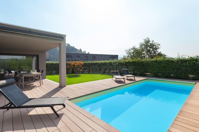 Modern huis met pool stock afbeeldingen