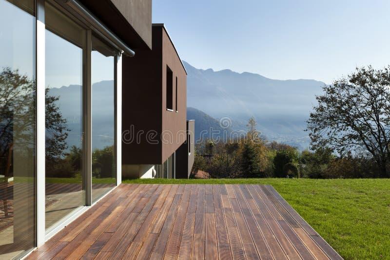 Modern huis met tuin stock foto's
