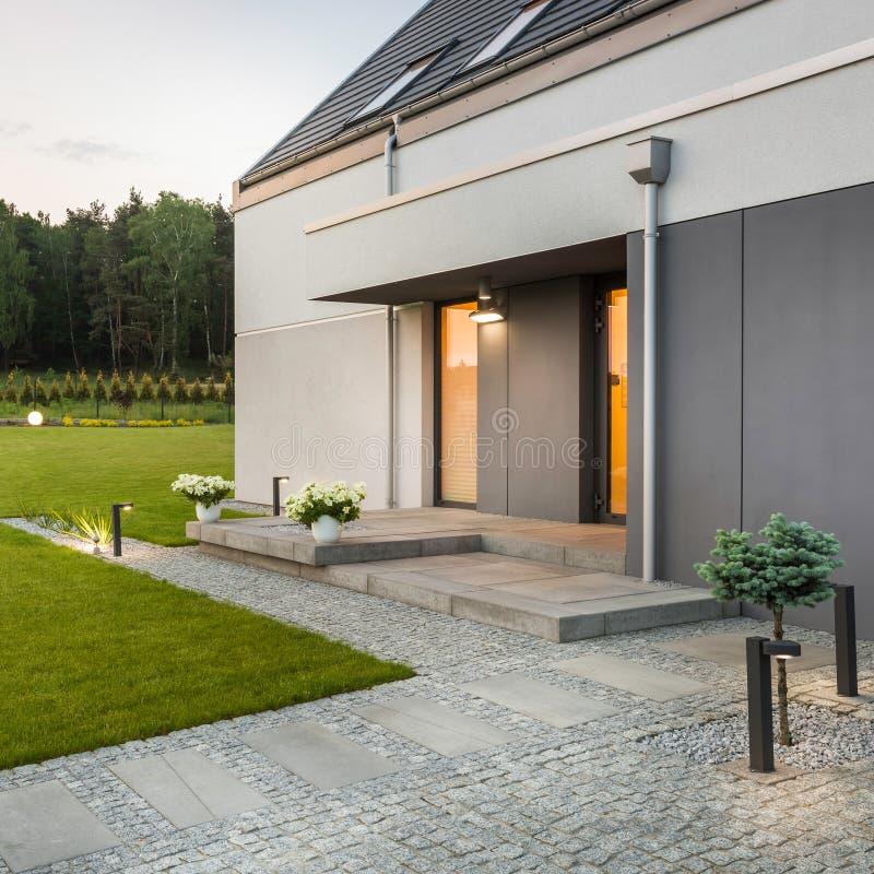 Modern huis met tuin royalty-vrije stock afbeelding