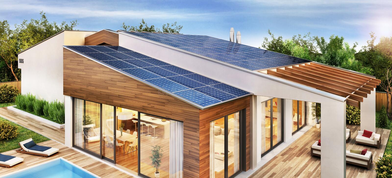 Modern huis met zonnepanelen op het dak royalty-vrije stock afbeelding