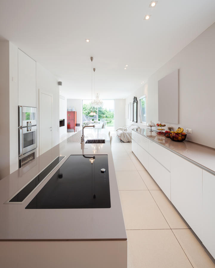 Modern huis, moderne keuken stock fotografie