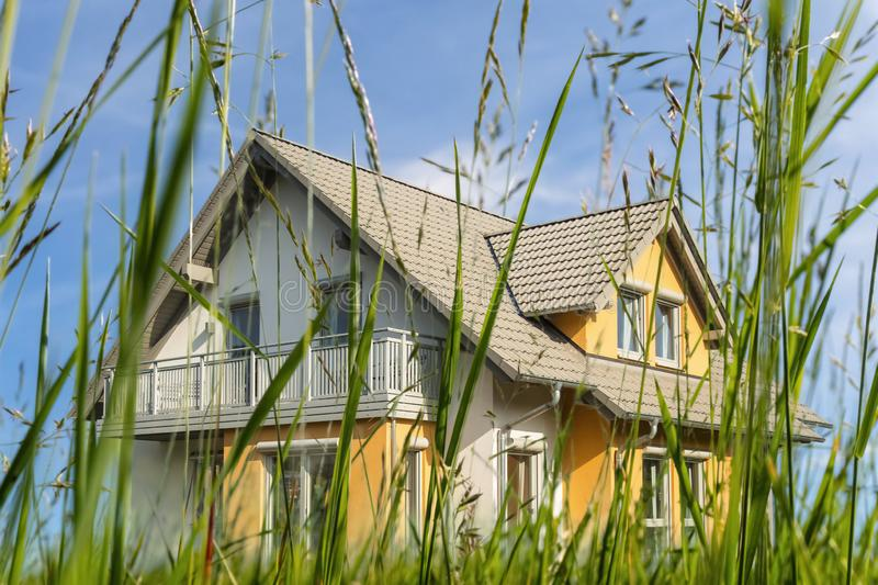 Modern huis op een groene weide stock fotografie