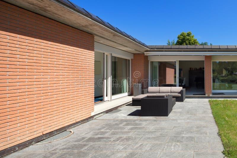Modern huis, in openlucht stock afbeeldingen