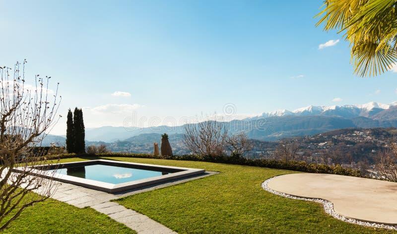 Modern huis, pool royalty-vrije stock afbeeldingen