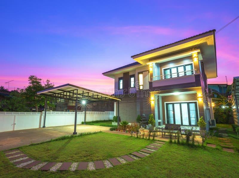 Modern huis in schemering royalty-vrije stock afbeelding
