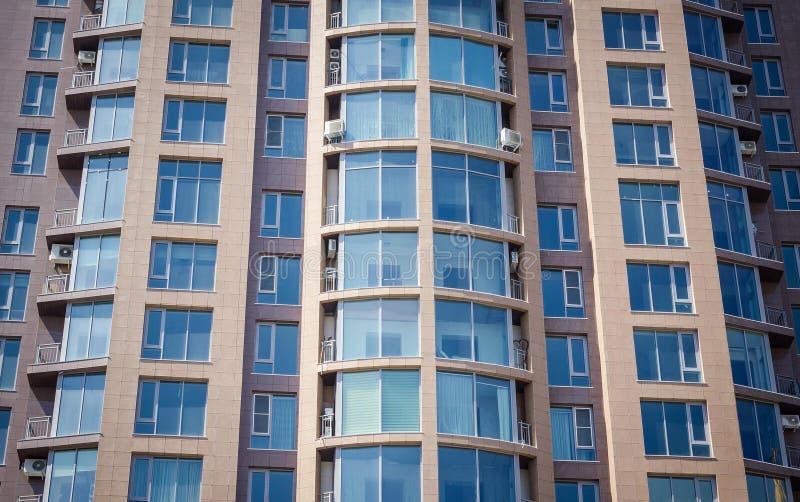Modern huis, vensters stock foto's