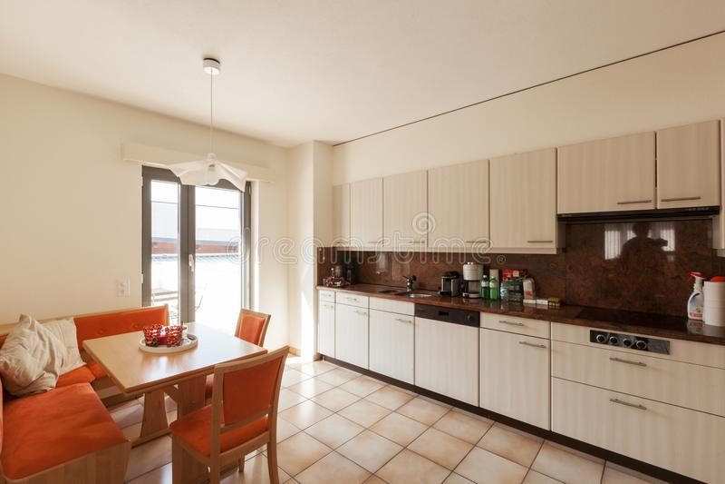 Modern huisbinnenland, keuken stock afbeelding