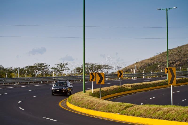 Modern huvudväg i Ecuador royaltyfri foto