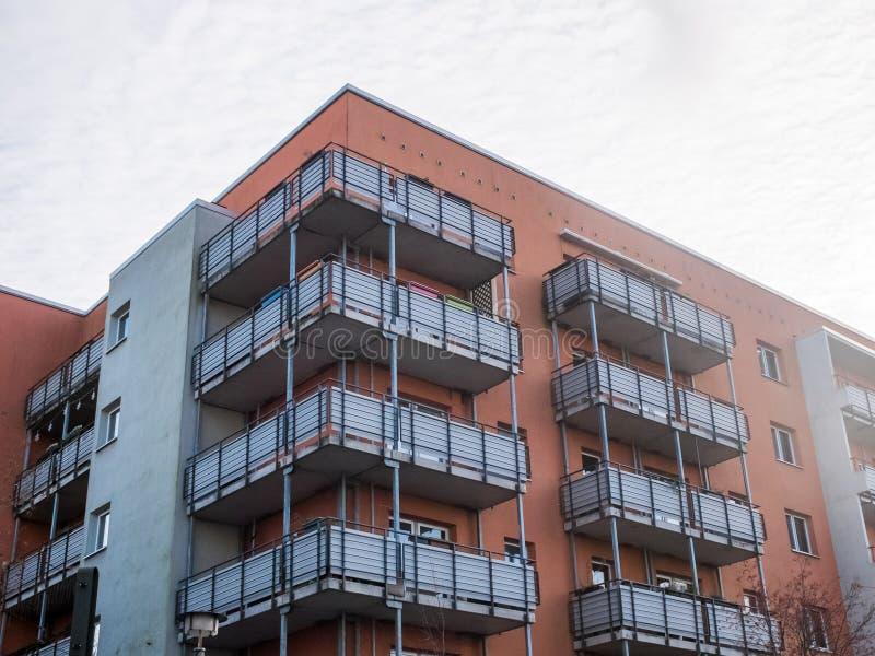 Modern hyreshus för låg löneförhöjning med balkonger royaltyfri fotografi