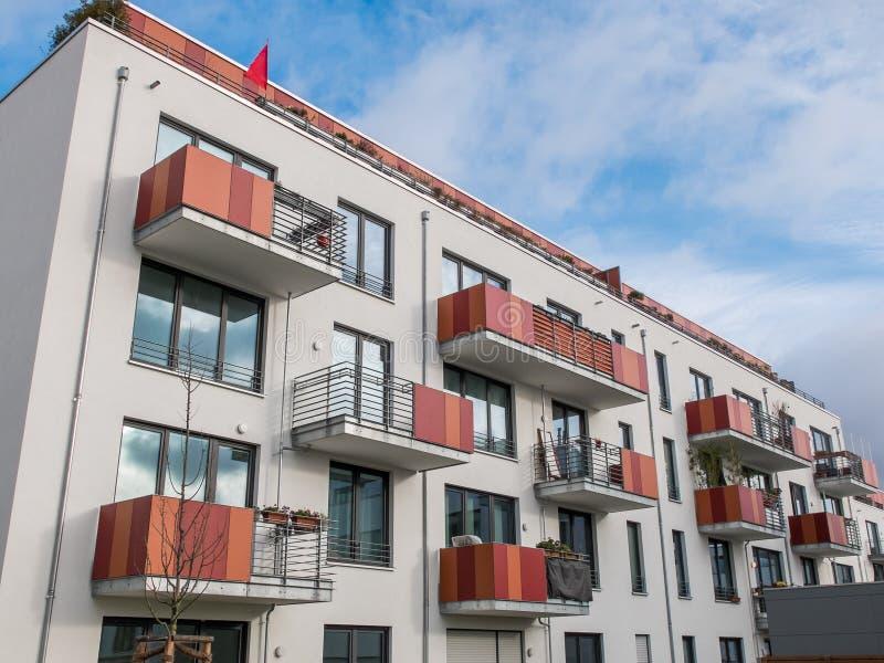 Modern hyreshus med färgrika balkonger royaltyfri bild