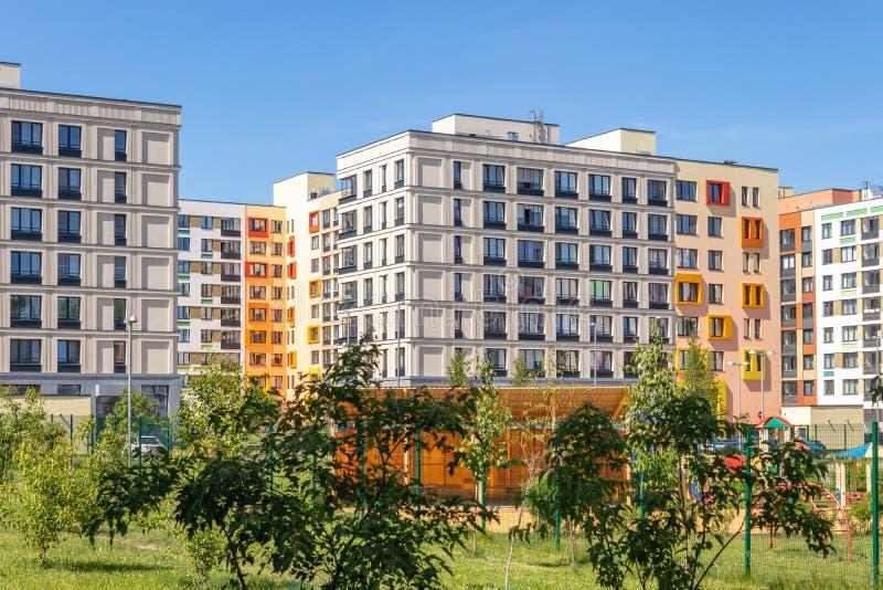 Modern hyreshus med f?rgrika fasader p? utkanten av staden Bostads- komplex i skogen ?, Moskva, Russi arkivfoton