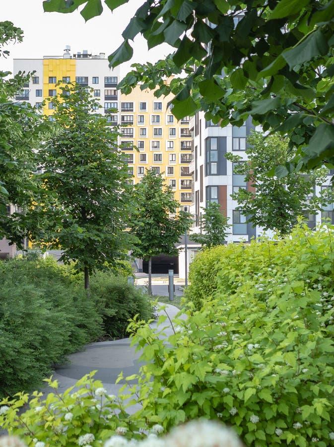 Modern hyreshus med f?rgrika fasader p? utkanten av staden Bostads- komplex i skogen ?, Moskva, Russi arkivfoto