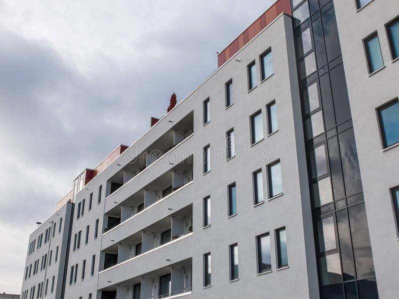 Modern hyreshus med långa balkonger fotografering för bildbyråer