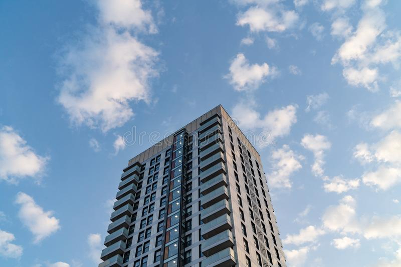 Modern hyreshus på en Sunny Day i stad av London arkivbild