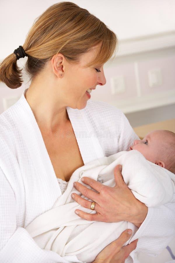 Modern i sjukhus med nyfött behandla som ett barn royaltyfria foton