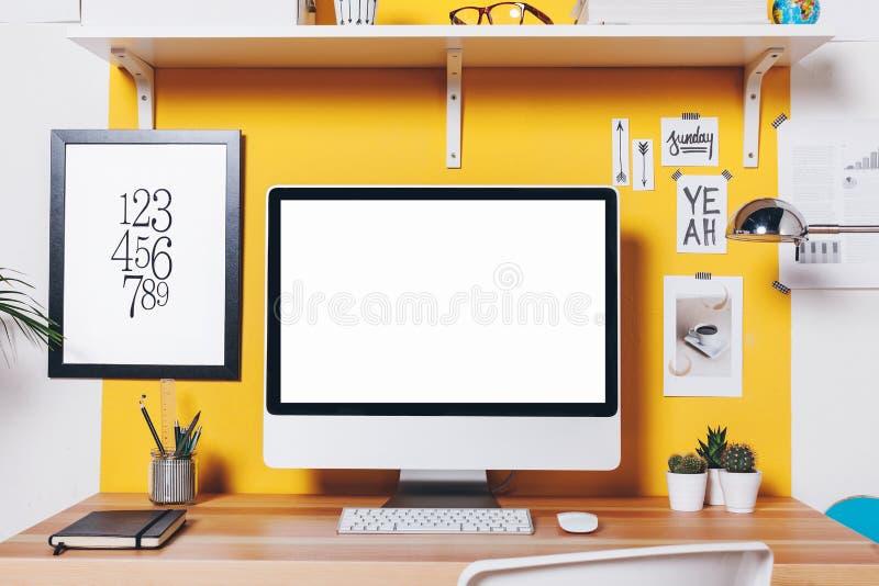 Modern idérik workspace på den gula väggen fotografering för bildbyråer