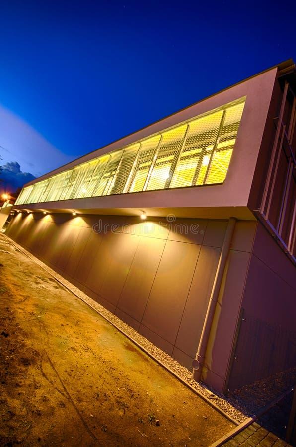 Modern idrottshallbyggnad på natten royaltyfri fotografi