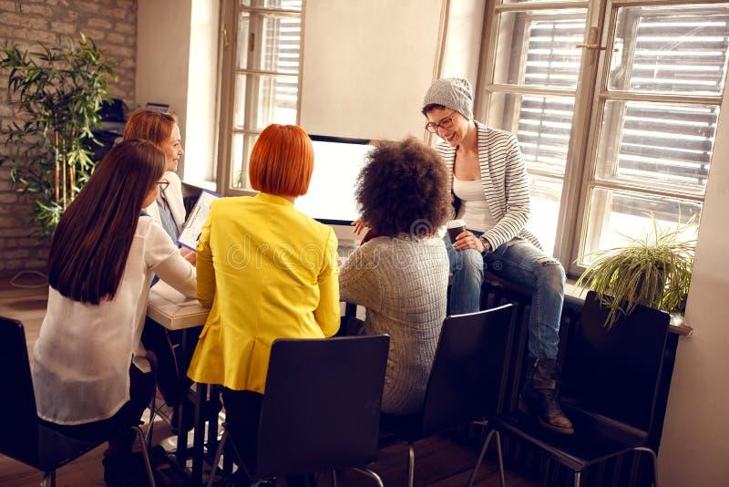 Modern informeel werkend team aan het werk aangaande computer royalty-vrije stock foto's