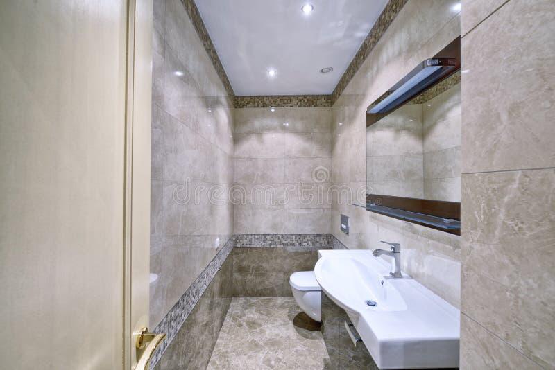 Modern inre av badrummet i det nya huset royaltyfri bild